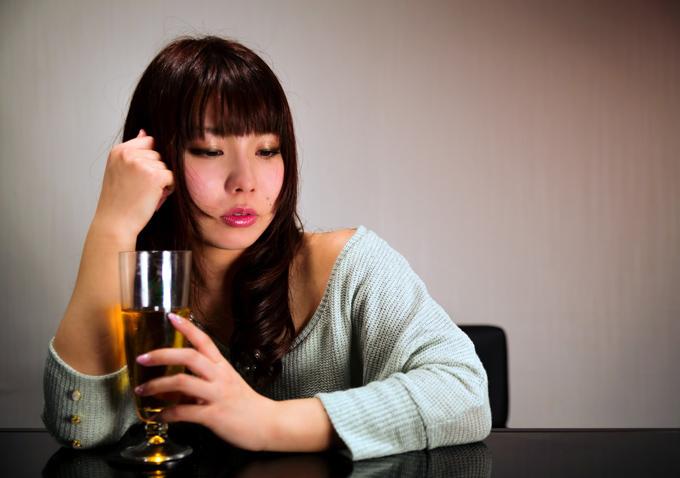 酔って自分のことを話す女性
