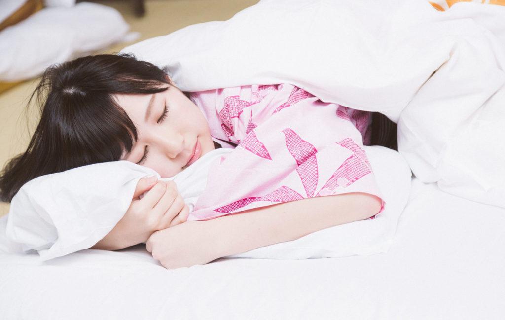 横で寝る美女